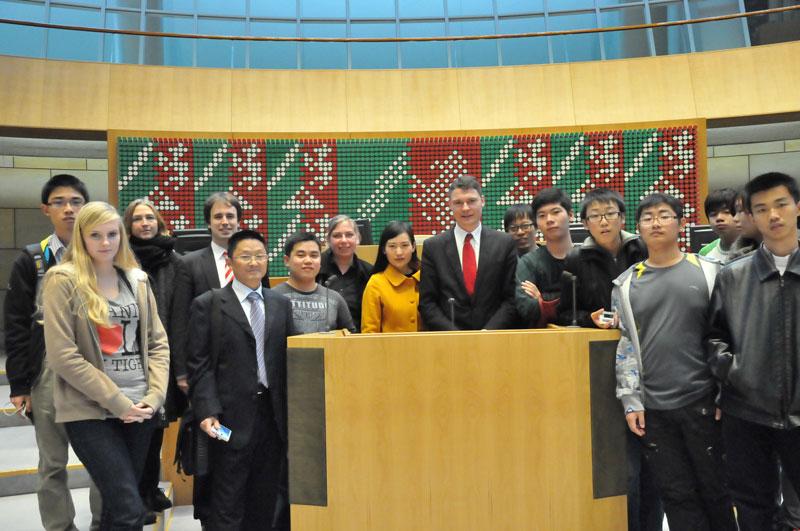 Dr. Jörg Geerlings mit der chinesischen Austauschgruppe aus Wuxi im Düsseldorfer Landtag (Foto: KDS)