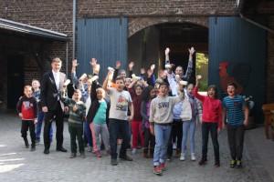 Grundschüler mit Bürgermeister-Vize Jörg Geerlings