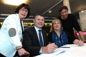 Die Vorsitzenden von Partei und Fraktion bei der Unterzeichnung